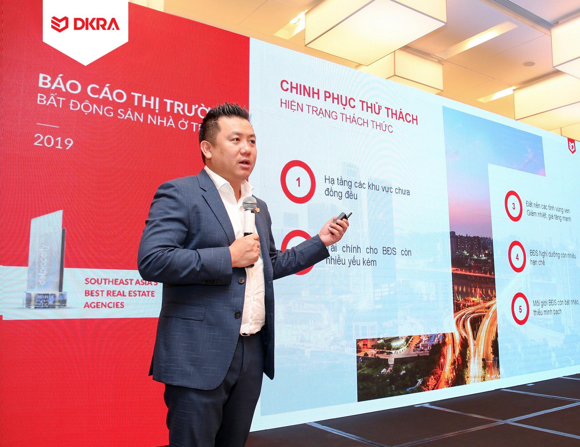 """Ông Phạm Lâm - CEO DKRA Vietnam trình bày chủ đề chính """"Chinh phục thử thách"""" tại sự kiện. Theo ông, nguồn cung mới của thị trường năm 2020 không có nhiều đột biến trong khi sức cầu vẫn cao, đặc biệt ở các phân khúc đất nền, căn hộ. Việc thiếu nghiêm túc"""