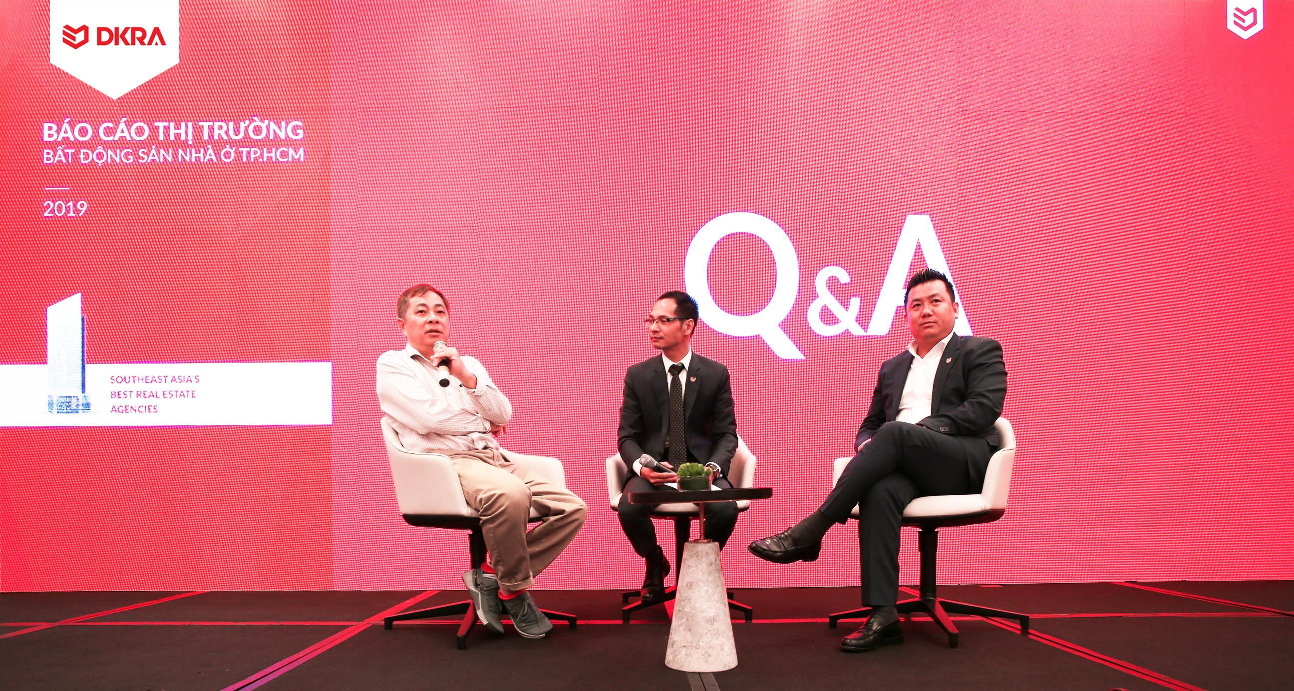 Tọa đàm thảo luận về thị trường bất động sản Nhà ở TP.HCM với các chuyên gia (từ trái sang): TS. Đinh Thế Hiển - Chuyên gia kinh tế; Ông Nguyễn Hoàng - Giám đốc bộ phận R&D DKRA Vietnam; Ông Phạm Lâm - CEO DKRA Vietnam.