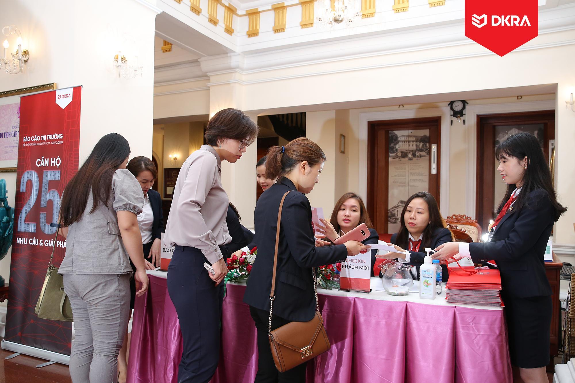 """Khách mời check - in tham gia Báo cáo thị trường bất động sản nhà ở TP.HCM Quý 2/2020 do DKRA Vietnam tổ chức với chủ đề """"Căn hộ 25m2 - Nhu cầu & giải pháp""""."""