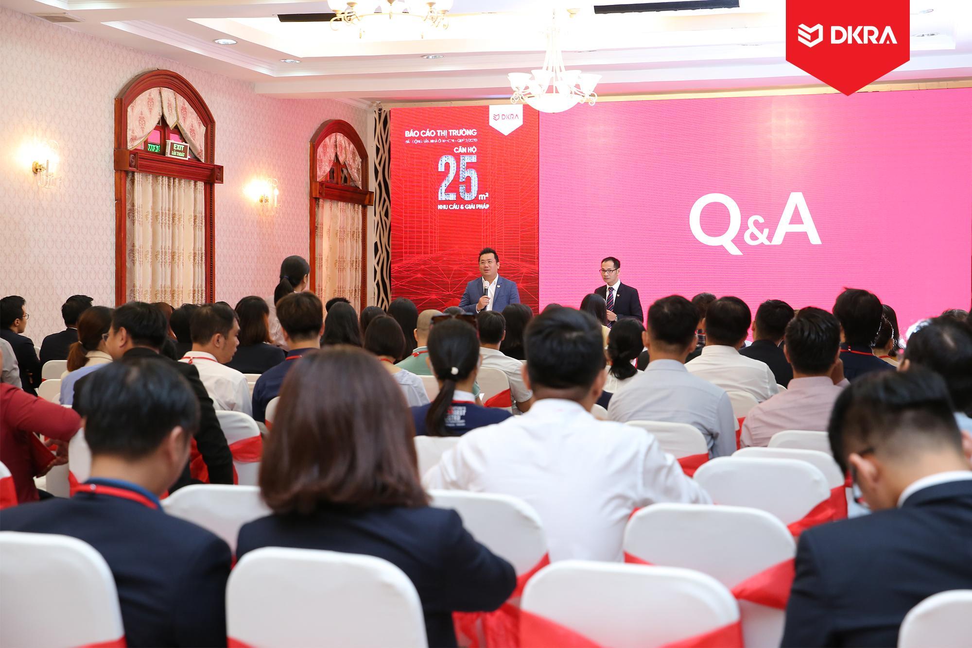 Ông Phạm Lâm - CEO DKRA Vietnam giải đáp các thắc mắc của khách tham dự và báo giới về thị trường bất động sản trong phần Q&A.