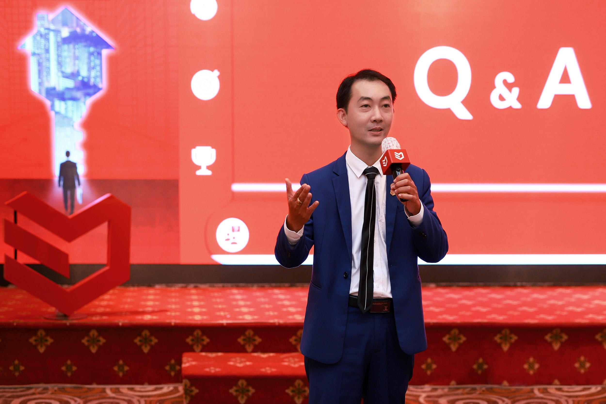 Ông Vũ Tiến Thành - CEO DKRA Property Management, thành viên DKRA Vietnam giải đáp các thắc mắc của khách tham dự trong phần Q&A.